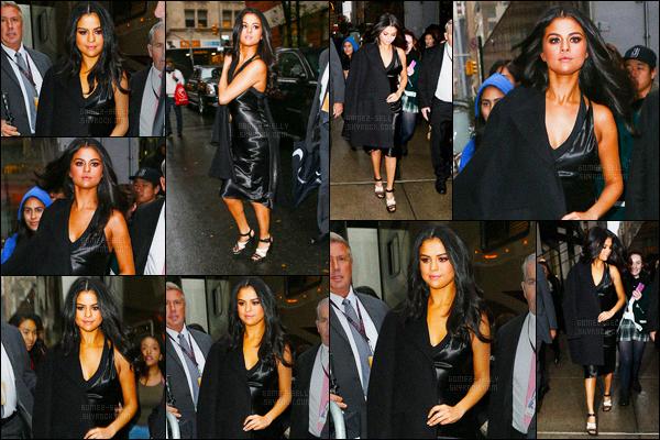 10.11.2015 ─ Selena Gomez a été vue alors qu'elle quittait un restaurant pour se rendre au défilé dans New York.Selena G. était magnifique, on aurait pu croire qu'elle réalisée un photoshoot dans les rues de la ville qui ne dort jamais... Un très jolie top de Selena !