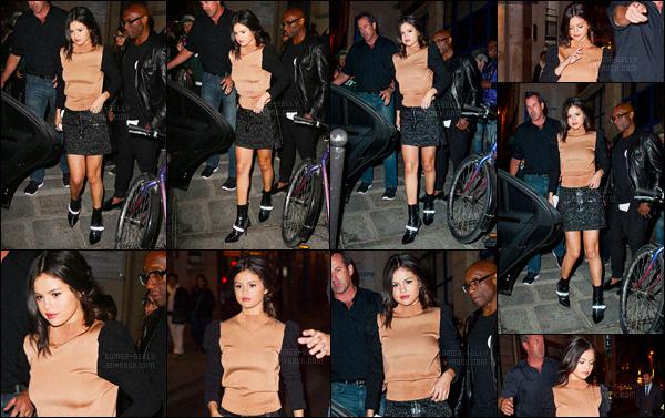 28.09.2015 ─ Selena Gomez a été photographiée, alors, qu'elle quittait le restaurant Davé étant dans Paris en FR.Après une bonne journée d'interview, Selena G. a pris du temps pour elle pour aller dîner... Concernant sa tenue, c'est un jolie top que la brunette a fais.