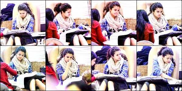 01.01.2013 ─ Selena Gomez a été photographiée, alors, qu'elle était à un salon de beauté, étant dans Encino, CA.Première sortie de l'année pour Selena G, et on la retrouve à se faire belle ! Vu sa tête, ça a l'air de faire mal parfois ! Mais il faut souffrir pour être belle.