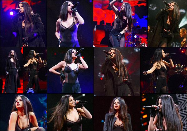 09.12.2015 ─ Selena Gomez était présente au célèbre l'évènement du «Jingle Ball» qui se déroulait à Philadelphie.Avant de se rendre au Jingle Ball, Selena est allée rendre visite à des enfants malade dans un hôpital avec la fondation de Ryan Seacrest... C'est un top !