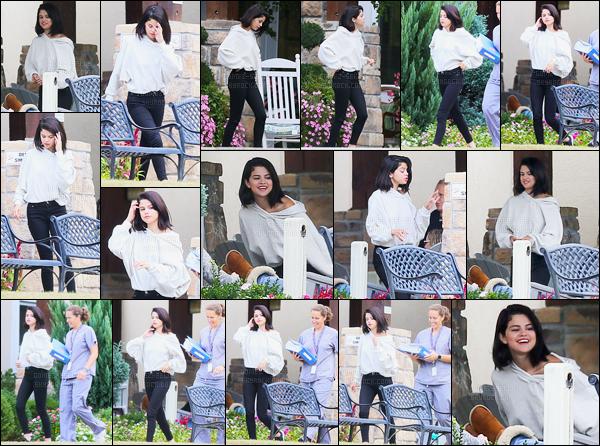 13.11.16 ─ Selena Gomez a été photographiée, pendant, qu'elle était à son centre de traitement, dans Tennessee.Les paparazzi ont trouvé le centre de Selena. Selena G. est souriante, elle a l'air d'aller bien, ça fais du bien de la voir sourire. Sa tenue est un top, vous ?