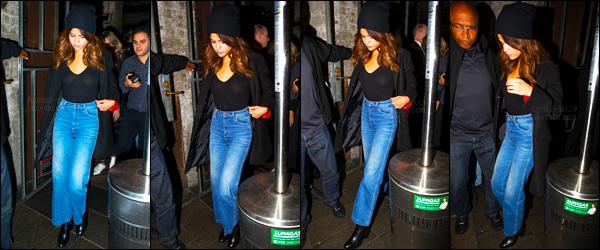 08.08.16 ─ Selena Gomez a été photographiée alors qu'elle quittait un restaurant Chinois, qui est, dans Sydney.Selena G. nous gâte donc en candids ces derniers temps... Concernant sa tenue c'est décontracté mais elle reste cependant très jolie ! Un top pour moi.