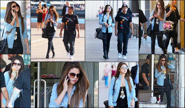 17.07.2012 ─ Selena Gomez a été photographiée, alors, qu'elle faisait du shopping à Bondi Beach étant à Sydney.Le lendemain, Selena a accompagnée Justin dans un hôpital toujours à Sydney, ils sont passés par derrière pour sortir. Deux tops de Selena Gomez.