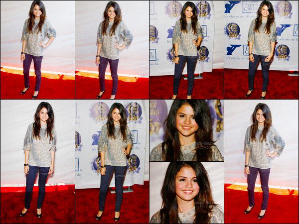 13.10.07 ─ Selena Gomez était présente lors des « Worlds Magic Awards » se déroulant dans Los Angeles, en CA.La jeune actrice qui est a peine connue était présente à la célèbre cérémonie, où elle est apparu habillé tout simplement. Je n'aime pas, c'est un flop.