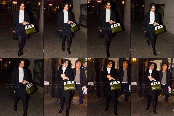 11/12/2015 : Selena Gomez a été photographiée alors qu'elle était devant Time Square, se situant à New York. Selena est aller admirer la géante publicité de la marque Beat pour son prochain clip. Le soir, Selena Gomez est aller au restaurant Joanne Trattoria.