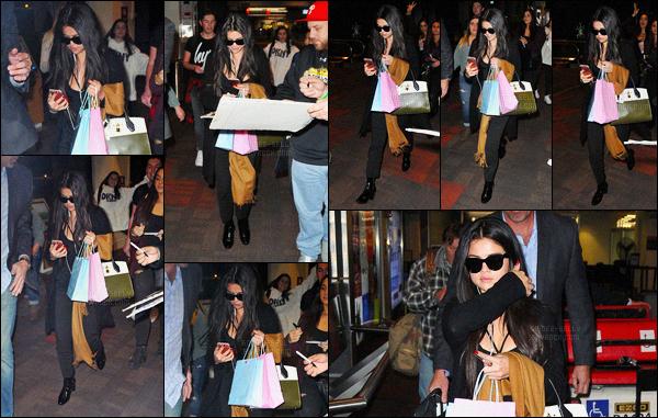 08/12/2015 : Selena Gomez a été aperçue pendant qu'elle arrivait à l'aéroport de Philadelphie en Pennsylvanie. Le Jingle Ball continue pour la brune Selena Gomez ! Nous avons aussi eu de nouvelle photo prise lors de l'événement du défilé de Victoria Secret.