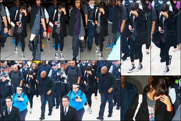 10.08.16 ─ Selena Gomez a été photographiée pendant qu'elle arrivait à l'aéroport Kingsford Smith, dans Sydney.La jeune chanteuse s'est donc envolée pour la Brisbanie où elle performera... Puis se rendra ensuite en Nouvelle-Zélande où sera son dernier concert.