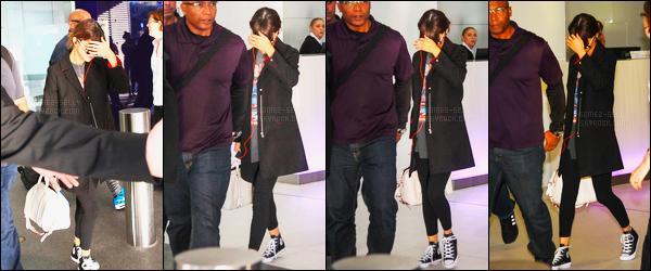 10.08.16 ─ Selena Gomez a été photographiée alors qu'elle arrivait à l'aéroport international étant dans Brisbane.A peine arrivée à Brisbane, la belle a été repérée, toujours dans la même tenue. Selena réalisera son dernier show demain avant la Nouvelle-Zélande.