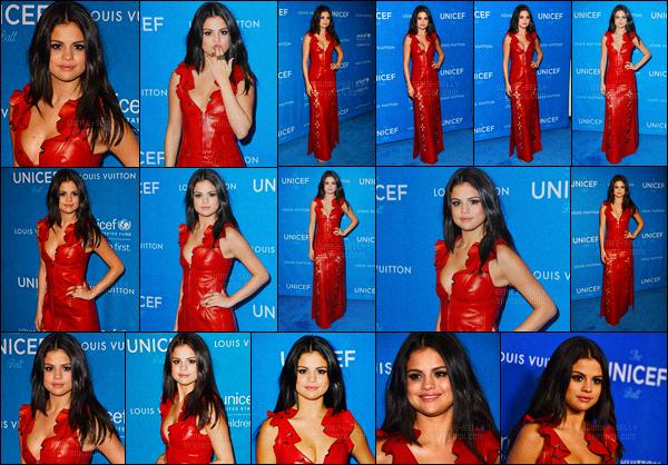 12.01.2016 ─ Selena Gomez était présente lors du 6ème « Biennial UNICEF Ball », se déroulant, dans Beverly Hills.Selena Gomez a notamment posée avec la jolie Miranda Kerr et Nicolas Ghesquiere lors de l'évènement. J'aime bien sa tenue, le rouge lui va si bien, top !