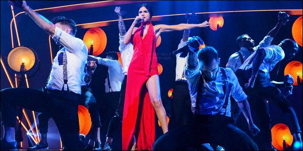 13.11.2015 ─ Selena Gomez était présente sur le plateau de l'émission «BBC Children in Need» dans Londres, UK.Selena Gomez serait déjà de retour à Los Angeles, d'après les rumeurs... Selena n'aurait pas mis longtemps à partir. Sa tenue est très jolie en tout cas.