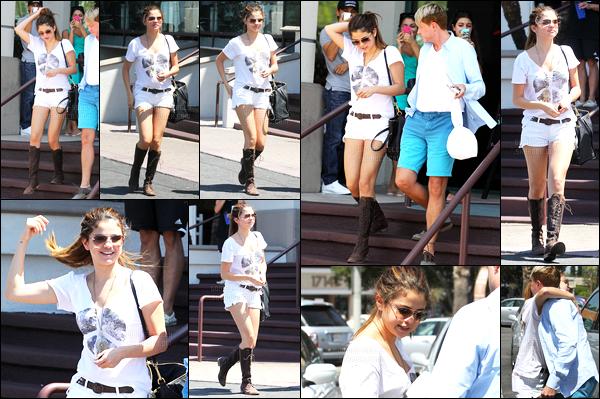 23.07.2012 ─ Selena Gomez a été photographiée arrivant puis quittant un restaurant Japonais dans Los Angeles.Le lendemain de son anniversaire de ses 20 ans, et après avoir bien fêtée celui-ci. Selena est donc aller déjeuner, Japonais ! Un beau top de la belle.