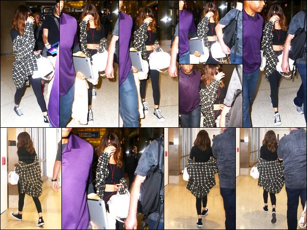 14.08.16 ─ Selena Gomez a été photographiée pendant qu'elle arrivait à l'aéroport, de LAX, dans Los Angeles, CA.Selena est donc rentrée chez elle, dès le lendemain du concert. Pour se reposer, Selena est chez ses grands-parents à Dallas (Texas) avec sa cousine.