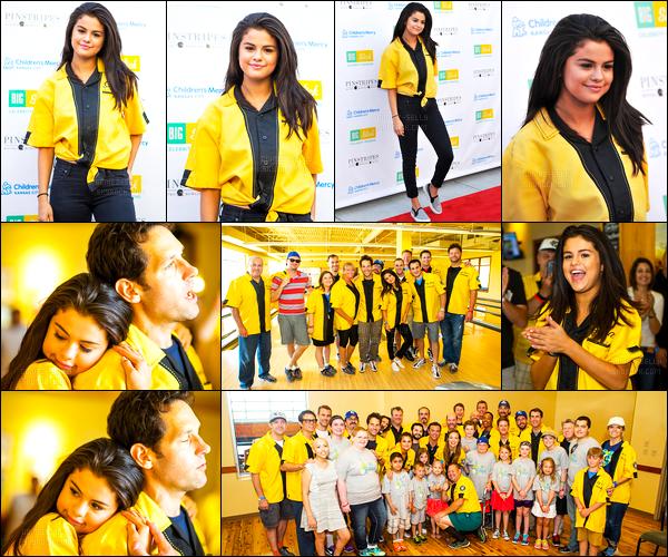 - 20/06/15 : Selena Gomez était présente lors du « Big Slick Bowl » au Pintristripes Bowling au Kansas, Missouri.   S. a prit la pose avec sa co-star du film « The Revised Fundamentals Of Caregiving » Paul Rudd ! Toujours aussi adorable Selena G. sur les photos. -