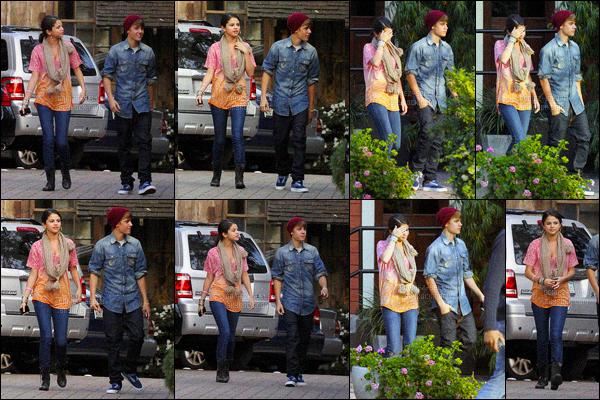 10.01.2012 ─ Selena Gomez a été photographiée, alors, qu'elle quittait un restaurant étant dans West Hollywood.Ils sont trop mignons les deux tourtereaux ! Pour sa tenue j'aime beaucoup. Le lendemain Selena quittait un restaurant en ce cachant. Un 2ème top !