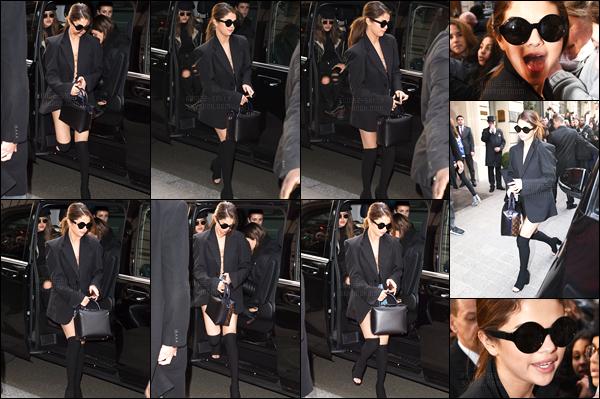 08.03.16 ─ Selena Gomez a été photographiée alors qu'elle quittait le Café de Flora, qui se situe dans Paris, FR.Selena G. a ensuite été photographiée alors qu'elle retournait à son hôtel. A cause des fans qui ont essayé de rentré avec elle, Selly a changée d'hôtel !