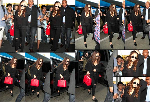 16.02.16 ─ Selena Gomez a été photographiée, pendant, qu'elle arrivait à l'aéroport à LAX dans Los Angeles, CA !La jeune chanteuse Selly s'est envolée pour le Texas pour rejoindre sa famille. Une fan a eu la chance de la rencontrer, découvrez les photos ci-dessous.
