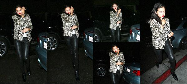 - 18/07/15 : Selena Gomez a été vue arrivant, puis quittant, le restaurant The Nice Guy, dans le West Hollywood.   D'autres célébrités s'y trouvaient aussi, comme Hailey Baldwin, Cara Delevingne ou encore Kendall Jenner.. J'aime  beaucoup ce style c'est un top !  -