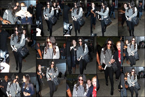 12.03.2015 ─ Selena Gomez a été photographiée, alors, qu'elle arrivait à l'aéroport de LAX, étant, à Los Angeles.Selena Gomez est donc rentrée après sa très courte venue à Paris pour le défilé de Louis Vuitton. Côté tenue, c'est plutôt décontracté,  pas mal du tout.