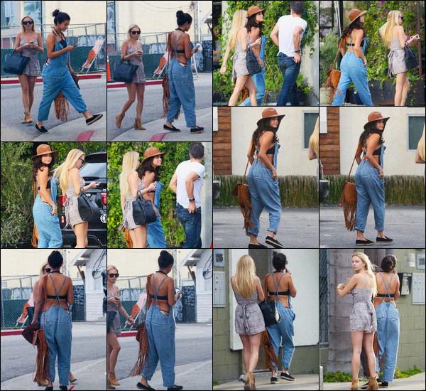 - 29/06/15 : Selena Gomez se baladait dans les rues de « Venice Beach » avec des amis, et dont Cody Simpson.   'Selly Gomez portait une tenue des plus décontracté, salopette par dessus un joli maillot de bain. On ne peut donc pas dire que c'est le top du siècle. -