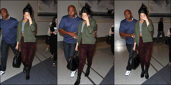 14.04.2015 ─ Selena Gomez a été photographiée, alors, qu'elle arrivait à l'aéroport de LAX, étant, à Los Angeles.On suppose qu'elle arrive à Los Angeles, puisque Selena se trouvait en Géorgie pour le tournage de son film et qu'elle a passé Pâques loin de sa famille !