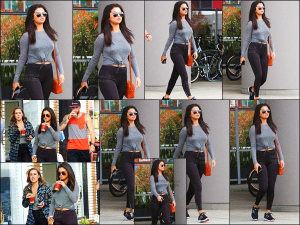 - 18/06/15 : Selena Gomez et deux amis quittaient la radio « KROQ » après de la promotion, à Culver City en CA.   Encore de la promotion ! Par après Selena a été vue dans les rues de West Hollywood, boisson à la main, en tenue de sport... - Un top ou un flop ?! -