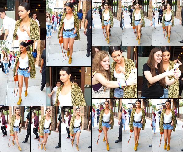 - 23/06/15 : Toujours en promotion, miss Selena Gomez quittait son hôtel se situant en plein c½ur de  New-York.   La promotion prenait fin la journée même puisque Selly a été vue à l'aéroport. Qu'en penses-tu de cette tenue ?! Un soutif n'aurait pas été de trop... -
