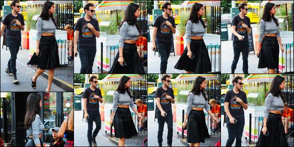 19/08/15: Arrivée dans la Big Apple, Selena a enchainé les sorties dans cette superbe tenue. Selena a d'abord était photographiée alors qu'elle quittait son hôtel New New-yorkais pour pourvoir se rendre dans un StarBucks avec ses amis pour aller chercher un café. Mais dans la journée Selena s'est quand même arrêté pour manger quelques choses, on la retrouve donc se dirigeant vers le restaurant Dos Caminos. Puis après tous ses sorties, Selena Gomez retourne à son hôtel._________________Donne ton avis sur la tenue !