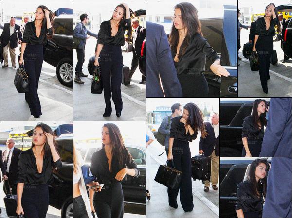 18/08/15 : La miss Selena Gomez a été photographiée alors qu'elle arrivait à l'aéroport de LAX - à Los Angeles. Alors là, je suis sous le charme de Selena ! Elle est tellement belle dans cette tenue - Donne moi ton avis par commentaire sur ce qu'elle porte !