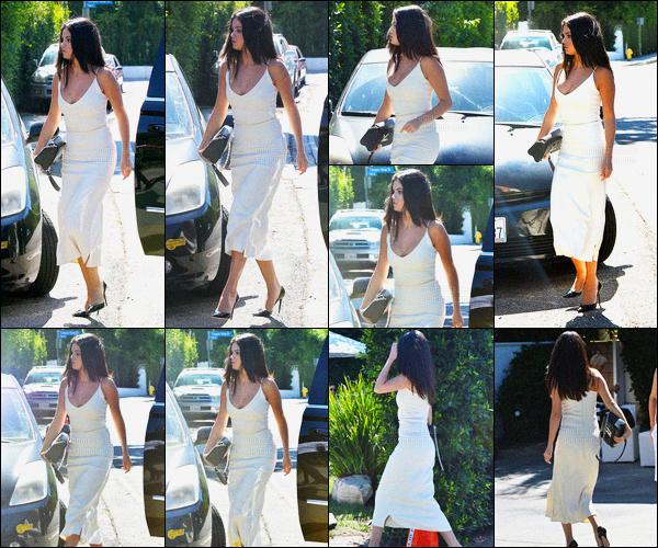 16/08/15: La magnifique Selena Gomez a été aperçue allant à une fête organisé par Jennifer Klein à Los Angeles. La miss n'était malheureusement pas présente aux Teen Choice Awards. Pour sa tenue, je la trouve vraiment sublime - cette robe est faite pour elle