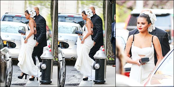 - 04/05/15 : Très vite accueillis par ses fans Selena Gomez quittait son hôtel pour se rendre au gala à New-York.   Vous pouvez aussi trouver dans cet article S. quittant la soirée avec Vanessa Hudgens - après avoir parlé à la mère du clan Kardashian, Kris Jenner. -