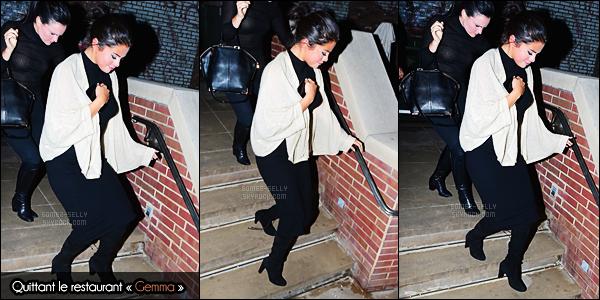 - 02/05/15 : Selena Gomez arrivait au « Neil Simon Theatre » à New-York avec sa bonne amie, Vanessa Hudgens.   'Selena a donc assisté à une représentation de la comédie musicale « Gigi » dont Vanessa est la vedette. Sa tenue n'est pas mal du tout. Des avis ?! -