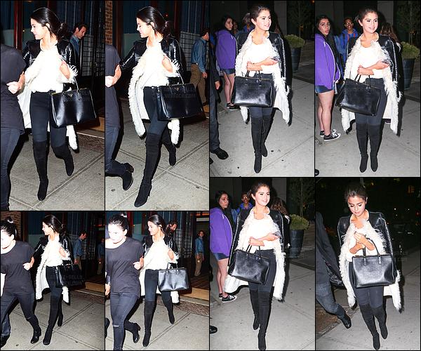 - 03/05/15 : Selena Gomez quittait le restaurant italien « Locanda Verde » avec sa bonne amie, Ashley Cook.   Décidément Selena ne lâche plus ce manteau ! J'aime beaucoup cette tenue très simple, elle est mignonne comme tout. Tu aimes ou pas la tenue ?! -