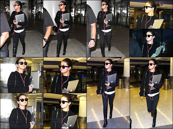 - 05/05/15 : Visiblement fatiguée, la belle Selena Gomez arrivait à l'aéroport de LAX dans la ville de Los Angeles.   Le court séjour de notre américaine sur le sol de New-York est donc achevé, après le gala. Tenue simple, mais qui pour ma part me plais beaucoup. -