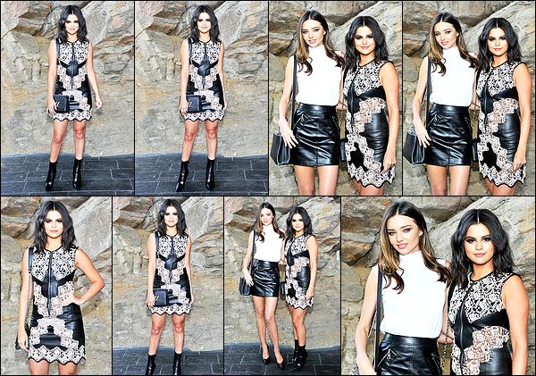 - 06/05/15 : Selena Gomez était présente lors du « Louis Vuitton Cruise 2016 »  dans la ville de - Palm Springs.   Définitivement une fan de la marque Louis Vuitton - la belle Selena Gomez a posé en compagnie de miss Miranda Kerr et de l'actrice Britt Robertson.  -