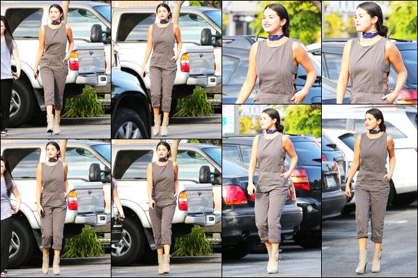 - 04/06/15 : Selly Gomez quittait le commerce « Jamba Juice » avec son amie Ashley Cook - dans Los Angeles.   Selena a opté pour une tenue assez ''spéciale'' pour cette sortie. Pour ma part, je suis fan de son look et surtout de ses jolies petites bottines. Avis ? -
