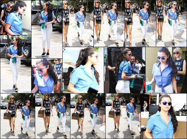 16.06.2015 ─ Selena Gomez a été photographiée, alors, qu'elle se promenait avec Taylor Swift, dans Los Angeles.Retrouvaille après pas mal de temps sans avoir vue les deux chanteuses ensembles ! Préfères-tu le style de Swift ou la tenue de notre belle Selena G. ?!