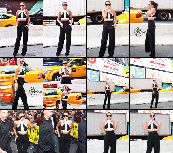 - 22/06/15 : Selena Gomez a aussi été photographiée dans les rues de Times Square dans la ville de New-York.   La splendide Selly s'est plus tard rendue dans les locaux de la iHeartRadio toujours dans la même ville. Qu'en pensez-vous de cette 2ème tenue? -