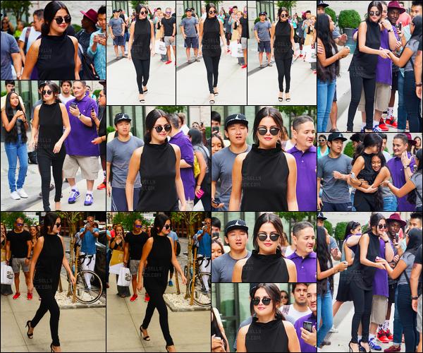 20/08/2015 : Toujours aussi magnifique, Selena Gomez a été photographiée quittant son hôtel dans New York. Un horde de fans l'attendait devant son hôtel comme d'habitude, Selly a pris du temps pour faire des photos et câliner certain(e)s - Un GROS top!