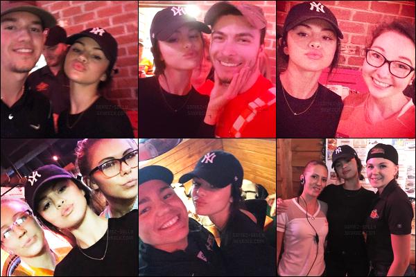 08.11.16 ─ Selena Gomez a été aperçue, alors, qu'elle était au restaurant «Texas RoadHouse», dans le Tennessee.Enfin des nouvelles de Selena Gomez cela fait plaisir ! Elle a posée gentillement avec des fans... On ne sait pas si son traitement est finis ou pas encore..