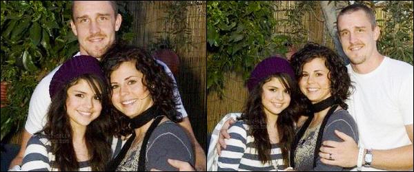 09.09.07 ─ Selena Gomez était présente lors de la soirée barbecue organisée par Miley Cyrus dans Los Angeles.La chanteuse SG était vraiment toute jeune à cet époque, elle été accompagnée par sa maman, Mandy et son beau père, Brian... Elle était toute mimi !