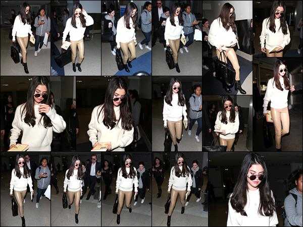 28.11.16 ─ Selena Gomez a été photographiée, alors, qu'elle arrivait à l'aéroport de LAX, étant, dans Los Angeles.En compagnie de son amie de longue date, Ashley Cook, Selena G. est arrivée à Los Angeles. Je suis pas fan de son pantalon mais Selena le porte bien..