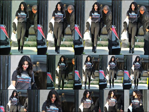 05.12.16 ─ Selena Gomez a été photographiée, alors, qu'elle quittait le «Nine Zero One» dans le West Hollywood.Et bien décidément, Selena nous gâte de sortie en ce moment, quel plaisir de la revoir ! Concernant sa  tenue, c'est un beau top de la belle, j'adore !