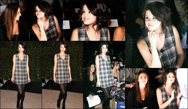 12.10.08 ─ Selena Gomez était présente lors du show pour Mercedes-Benz lors de la FW étant dans Los Angeles.Selena Gomez a  posée avec plusieurs célébrités dans les coulisses. Concernant sa tenue, c'est plutôt simple et je ne suis pas fan des carreaux. Un bof