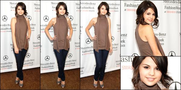 15.10.08 ─ Selena Gomez était présente, lors du show pour « Mercedes-Benz », lors de la FW, dans Los Angeles.Selena a  posée avec plusieurs célébrités dans les coulisses et été accompagnée de sa mère Mandy Teefey. Concernant sa tenue, c'est simple mais top