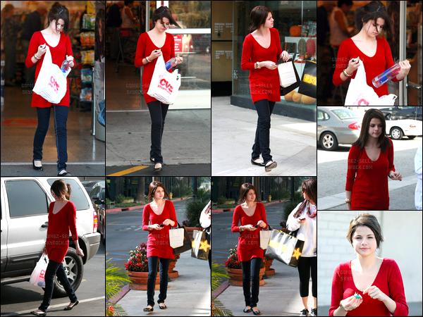 23.11.08 ─ Selena Gomez a été photographiée alors qu'elle faisait du shopping, dans les rues, dans Studio City.Nous avons deux tenues dans la journée pour la belle. Elle été accompagnée de sa mère, Mandy T. Concernant les tenues, je préfère le 2eme haut.