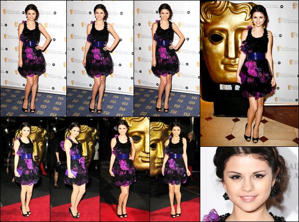 30.11.08 ─ Selena Gomez était présente lors des « British Academy Children's Awards », étant dans Los Angeles.Selena G. a posée avec plusieurs célébrités sur le tapis. Concernant sa tenue, sa robe est bizarre je trouve, et je ne suis pas très fan, c'est un flop...