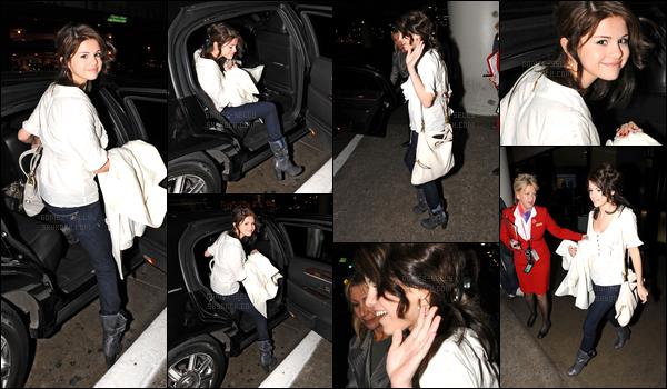 02.12.08 ─ Selena Gomez a été photographiée alors qu'elle arrivait à l'aéroport de LAX, étant, dans Los Angeles.C'est en compagnie de son beau-père que la belle a été photographiée. Concernant sa tenue, c'est simple mais j'aime beaucoup sa tenue.. Un top !
