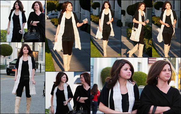 21.12.08 ─ Selena Gomez a été photographiée alors qu'elle quittait le magasin HD Buttercup dans Los Angeles.Selena été accompagnée de sa mère, Mandy. Concernant sa tenue, je l'adore c'est donc un top ! Plus tard elle s'est rendue à Pepsi Holiday House..