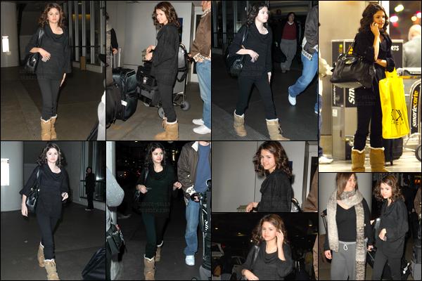 06.01.09 ─ Selena Gomez a été photographiée alors qu'elle arrivait à l'aéroport de LAX, étant, dans Los Angeles.La jeune chanteuse a été photographiée en compagnie de son beau-père. Concernant sa tenue, elle a optée pour une tenue total black. J'aime bien.