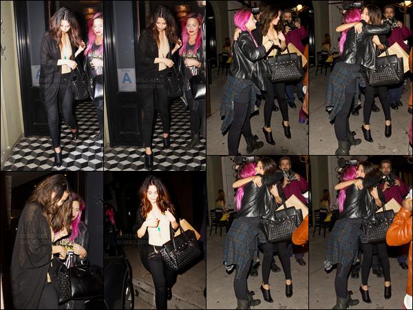 23.01.2014 ─ Selena Gomez a été photographiée arrivant, puis, quittant le restaurant Craig's, au West Hollywood.C'était en compagnie de Demi Lovato, que la belle S. a été photographiée, en sortant en se faisant un câlin... J'aime bien le gilet de notre Selena Gomez !